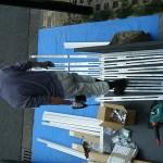 太陽光発電システムのレール・パネル取付屋外作業の様子